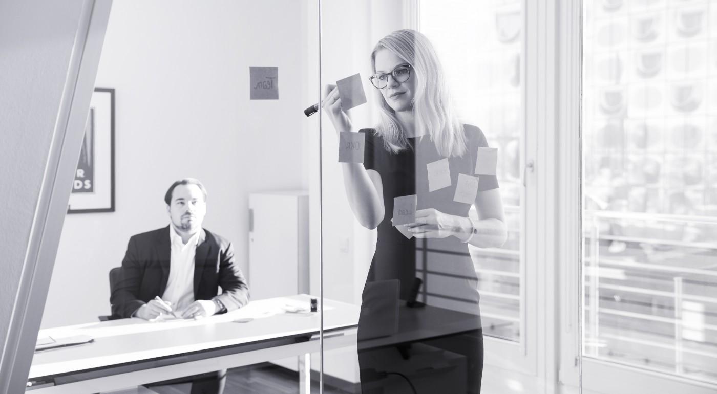 Zwei Berater im Workshop